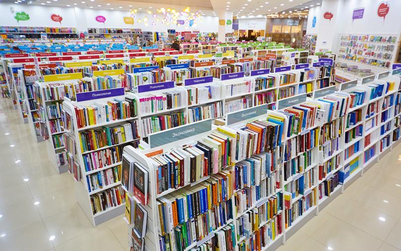 Стеллажи с отсортированными книгами