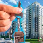 Рука с ключами от квартиры на фоне новостроя