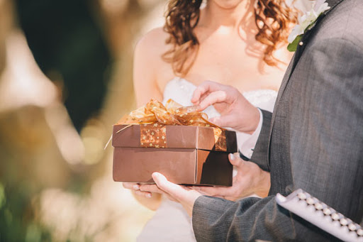 Новобрачные открывают подарок