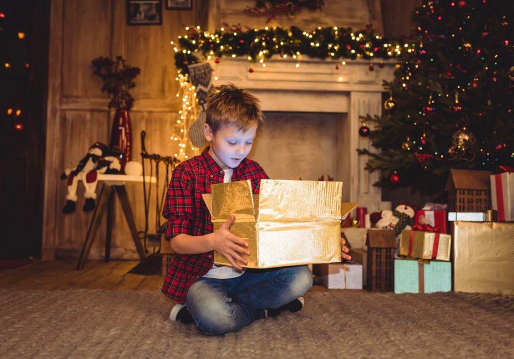 Мальчик открыл подарок