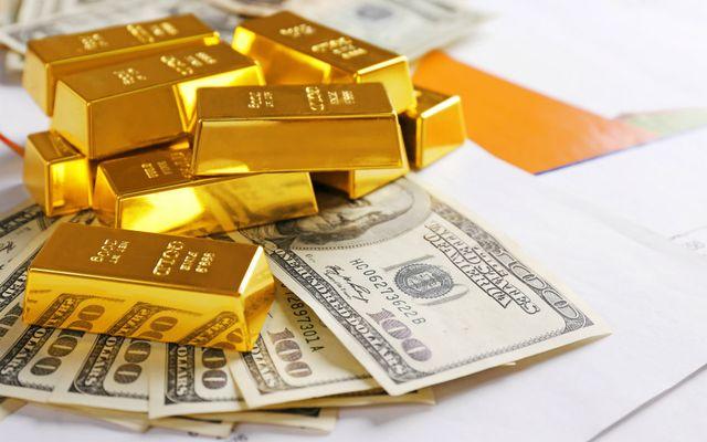 Золотые слитки и стодолларовые купюры