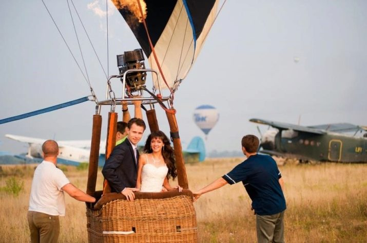 Новобрачные летят на воздушном шаре