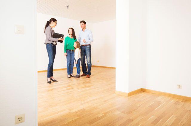 Семья и риелтор смотрят квартиру