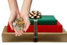 Деньги в руках и подарки