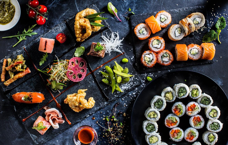 Ассорти из роллов, нигири и японских традиционных закусок