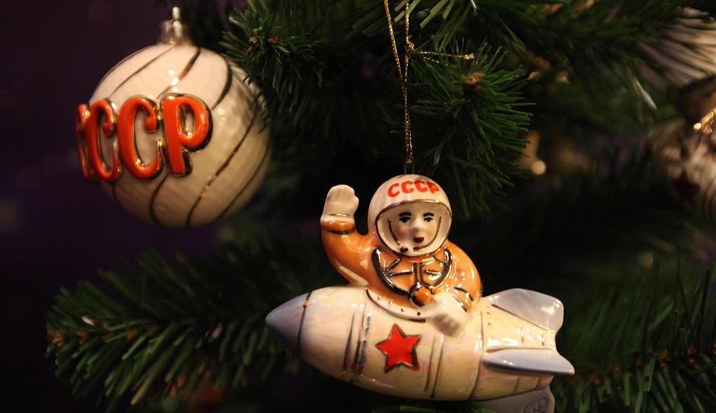 Советские игрушки — космонавт в ракете и шар СССР на елке