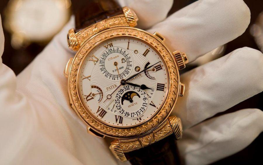 Золотые часы в руке