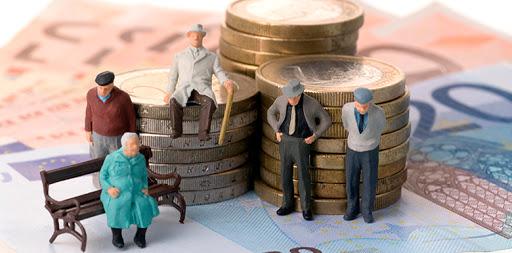 Миниатюрные фигурки пенсионеров на фоне монет и бумажных рублей