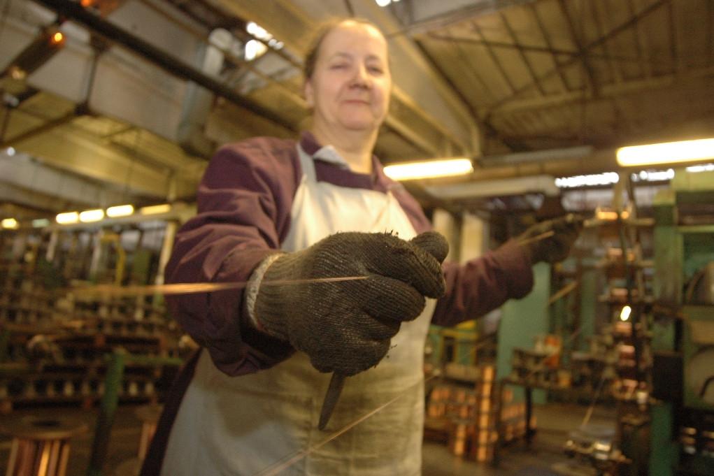 Пожилая женщина на производстве