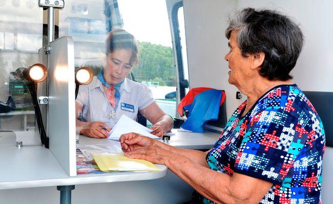 Пенсионерка получает в кассе пособие