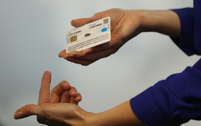 Пластиковая пенсионная карточка в руках