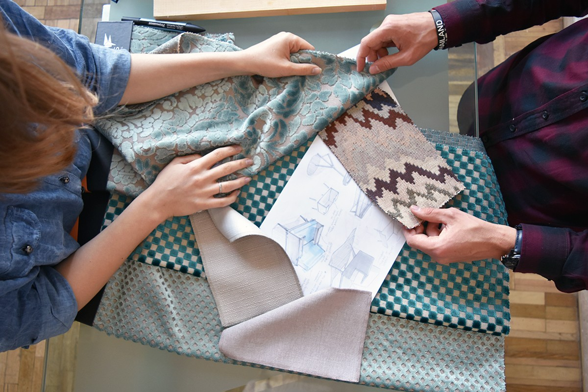 Выбор ткани в магазине