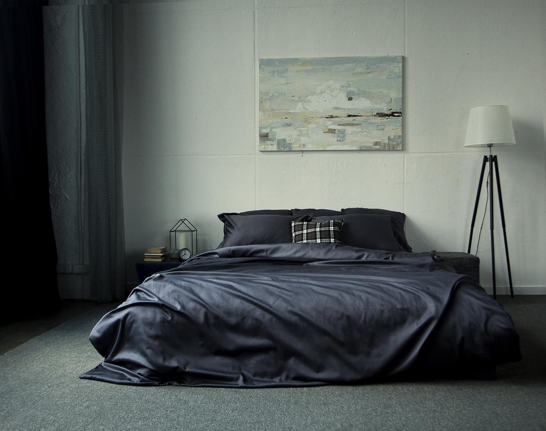 Кровать с черным постельным бельем
