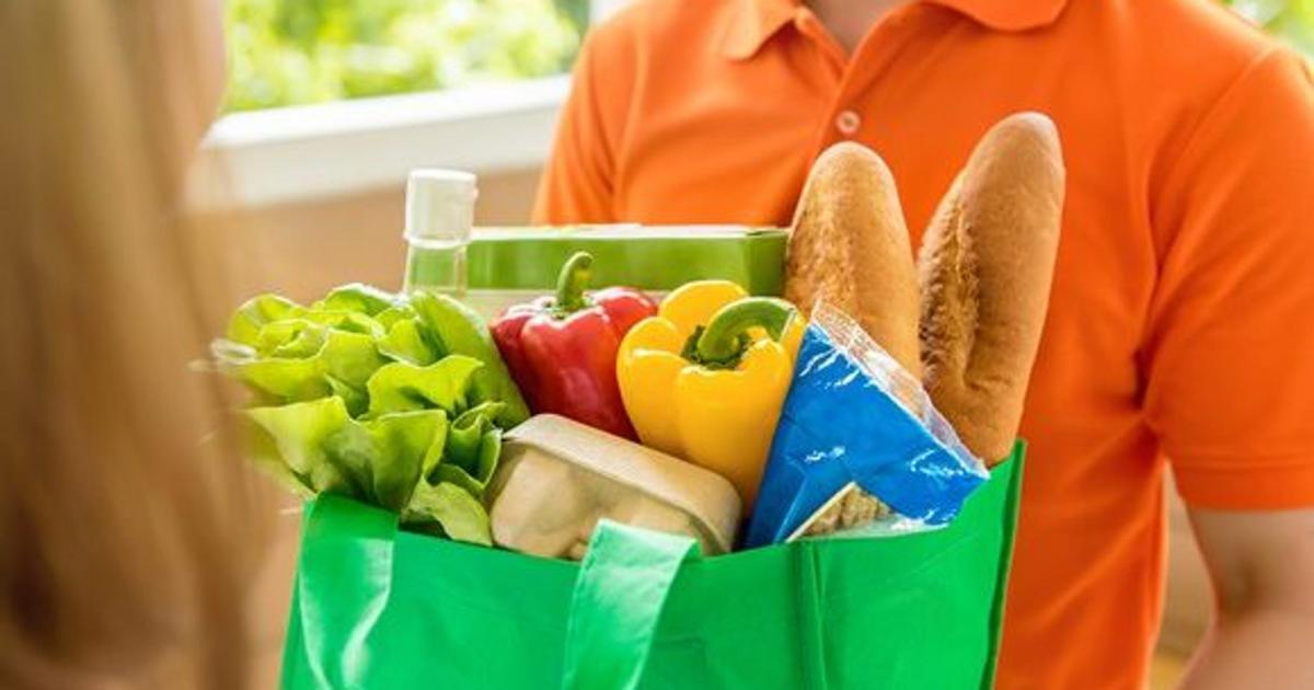 Продукты из супермаркета в пакете