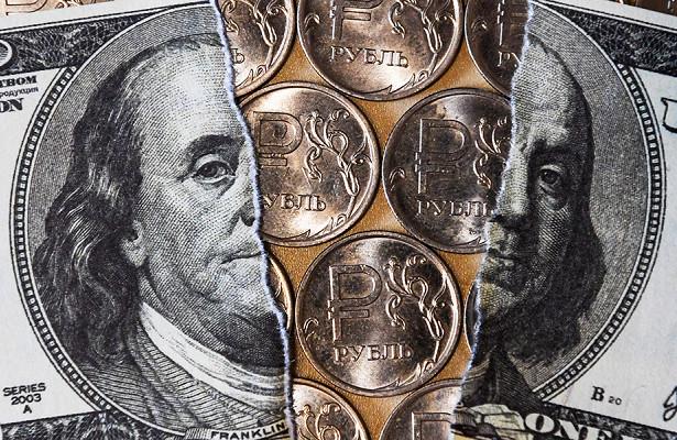 Разорванный доллар и металлические рубли посредине