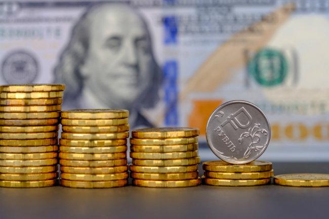 Металлические рубли на фоне доллара