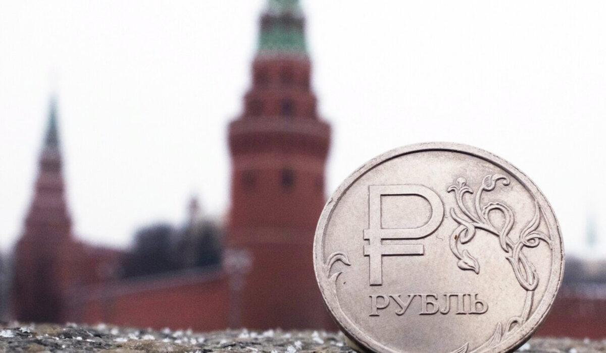 Железный рубль на фоне Кремля
