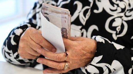 Рубли в руках пожилой женщины