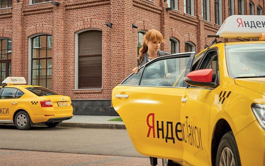Девушка садится в Яндекс.Такси