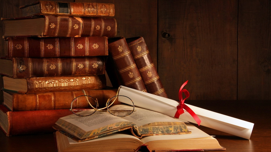 Книги, сверток с ленточкой и очки