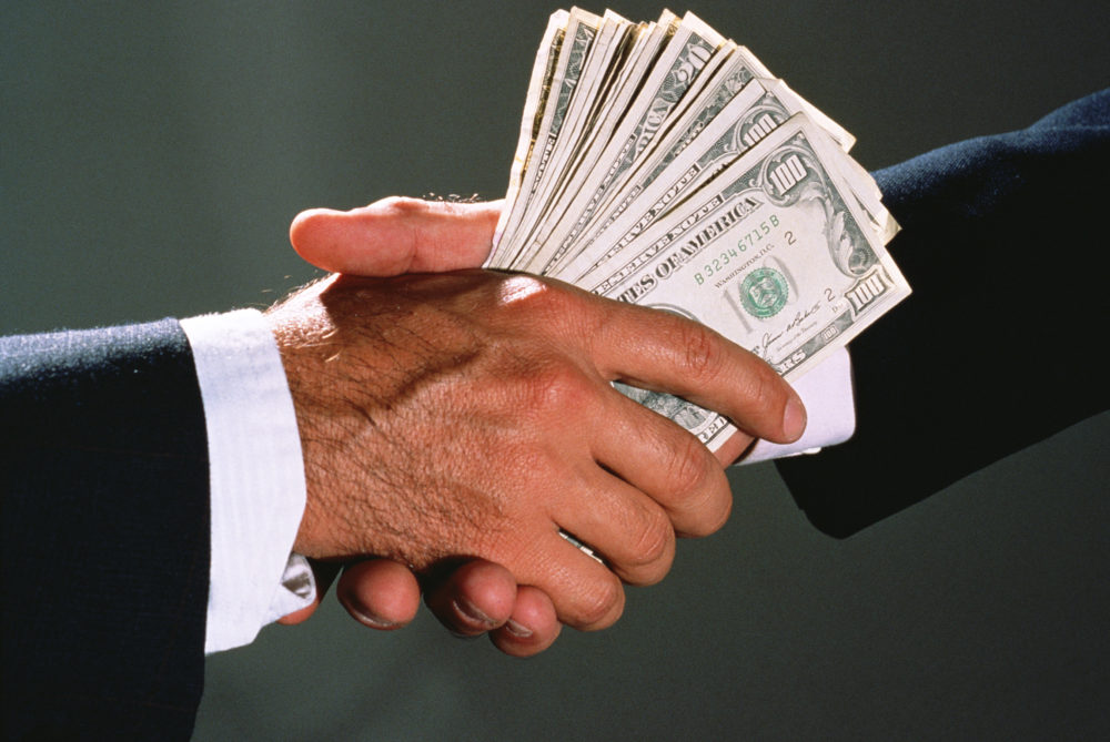 Передача денег из одной руки в другую