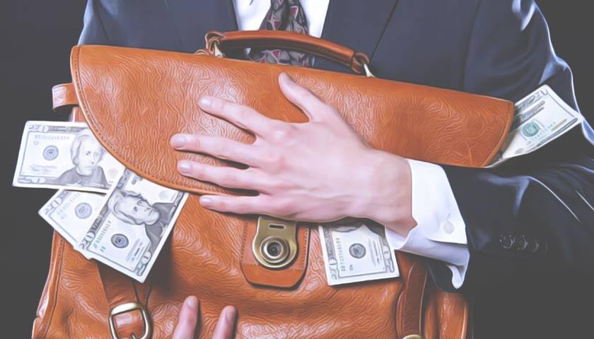 Руки держат портфель, набитый долларами