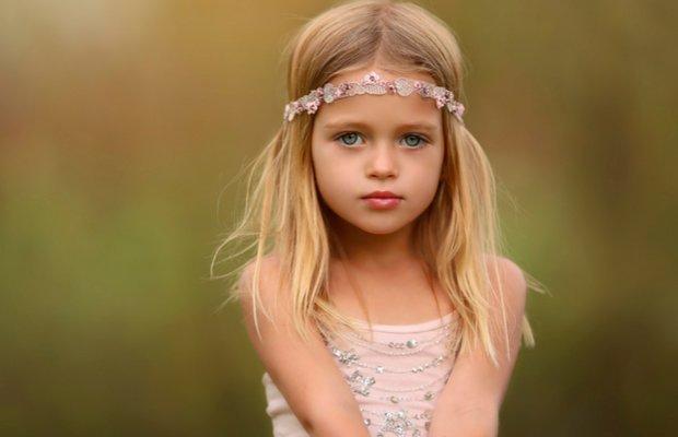 Маленькая девочка в кружевном ободке