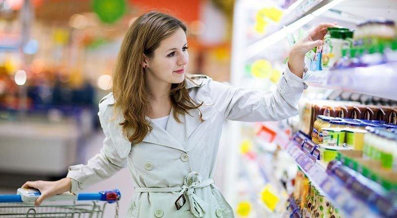 Девушка выбирает продукты в супермаркете