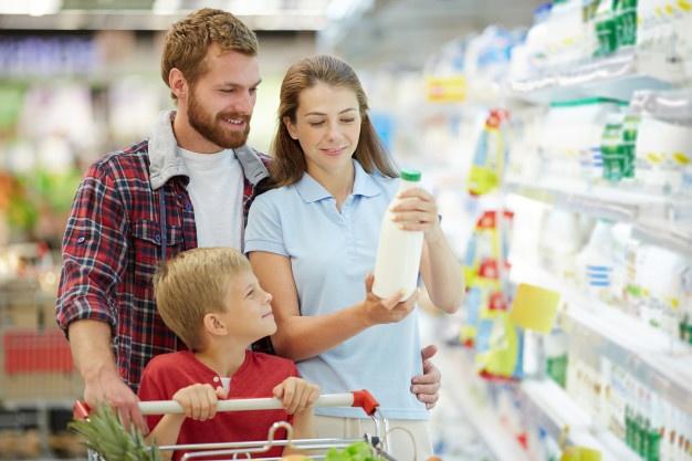Семья выбирает продукты в супермаркете