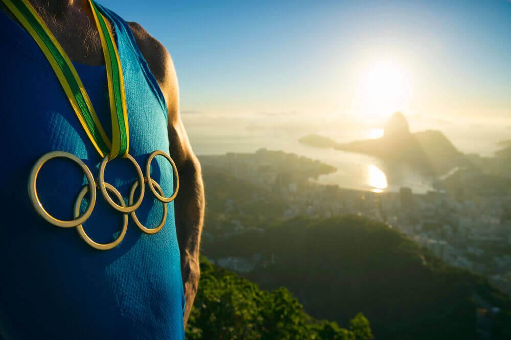 Олимпийский чемпион на фоне Рио-де-Жанейро