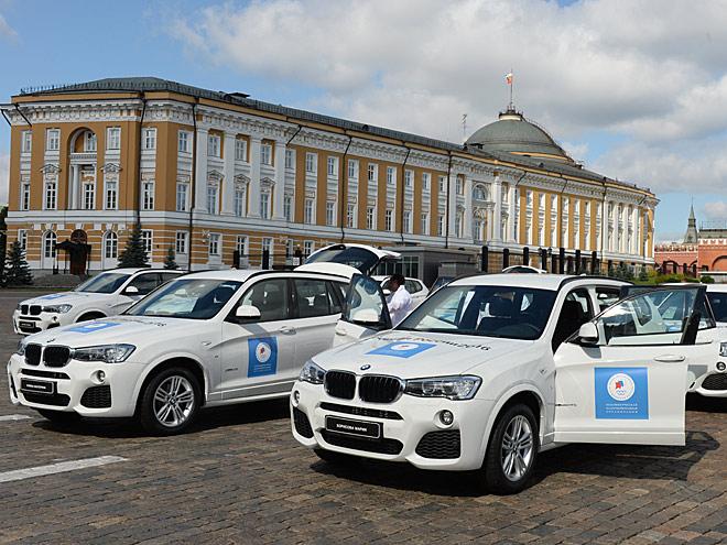 Белые автомобили BMW на площади