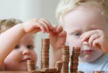 Дети складывают монеты