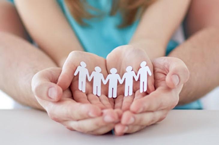 Бумажные человечки в детских и взрослых руках