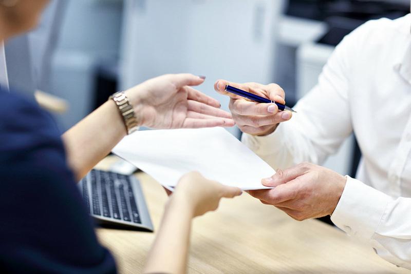 Передача договора и ручки для подписания