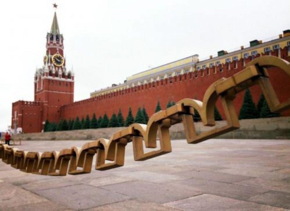 Кремлевская стена за цепью ограждения