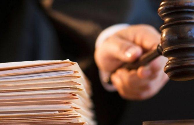 Бумаги на столе судьи и молоток в руке