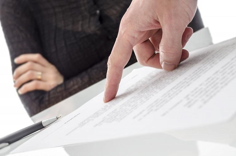 Указание пальцем на пункт договора