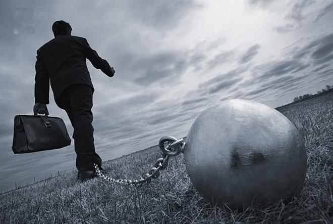 Человек, идущий по полю с гирей на цепочке