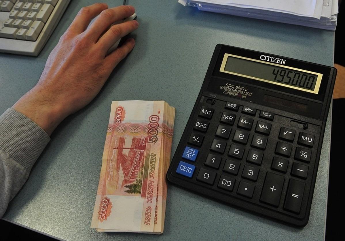 Рука на мышке, деньги и калькулятор