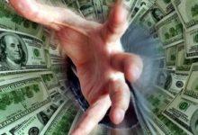 Рука, тянущаяся из долговой ямы