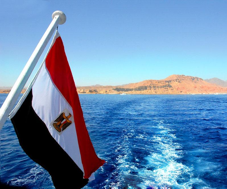 Египетский флаг на фоне Красного моря и скал