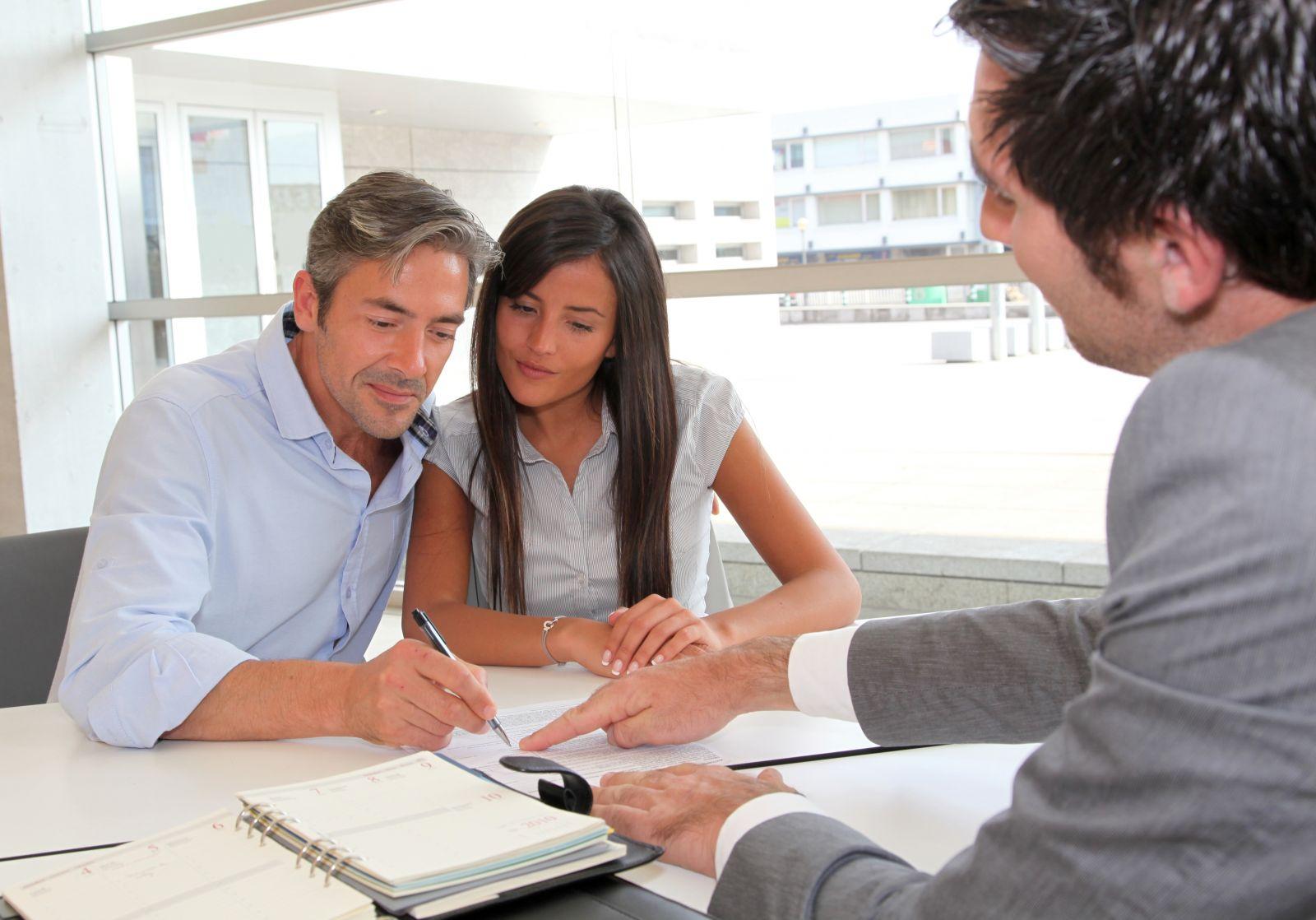 Пара подписывает договор в месте, на которое указывает менеджер