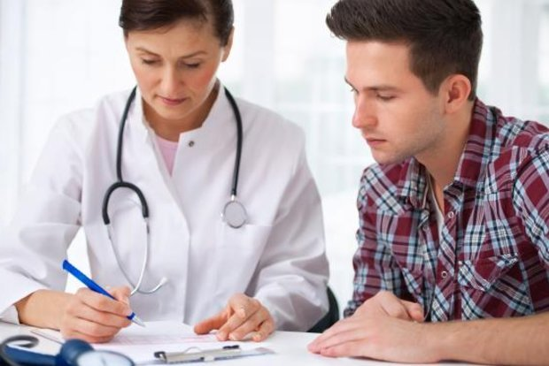 Молодой человек на консультации у врача