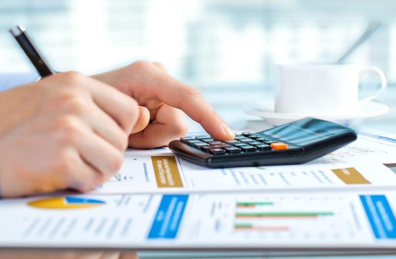 Расчет на калькуляторе и запись на рекламном проспекте