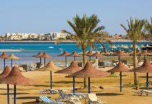 Египетский оборудованный пляж с зонтиками и шезлонгами