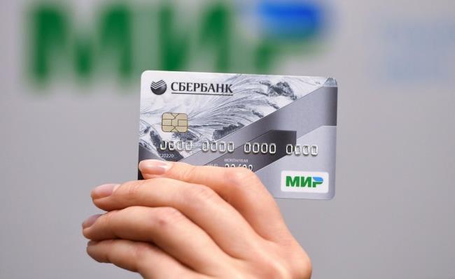 Банковская карта Сбербанка в руке