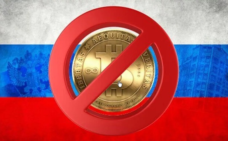 Перечеркнутый Биткоин на фоне российского флага