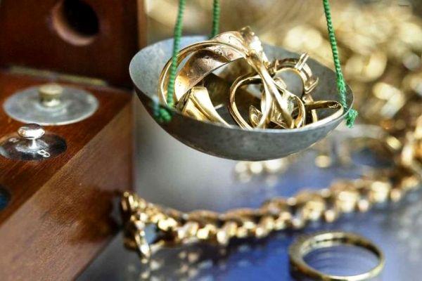 Б/у золотые украшения на ювелирных весах