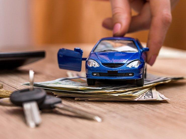 Игрушечная машинка на деньгах и ключи
