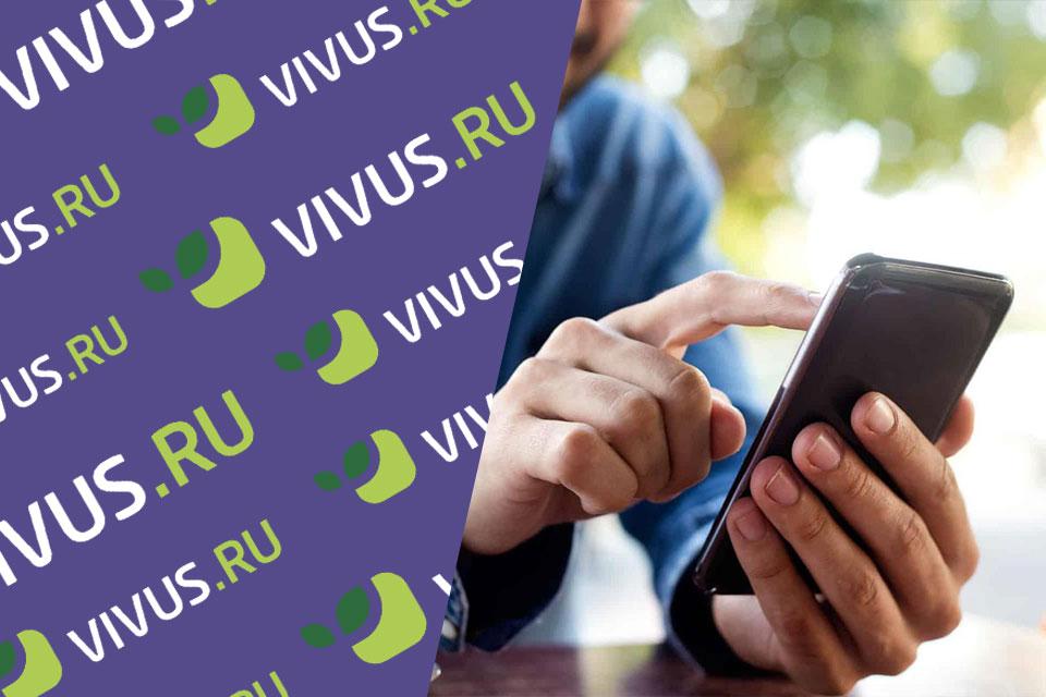 МФО Vivus.ru и смартфон в мужских руках